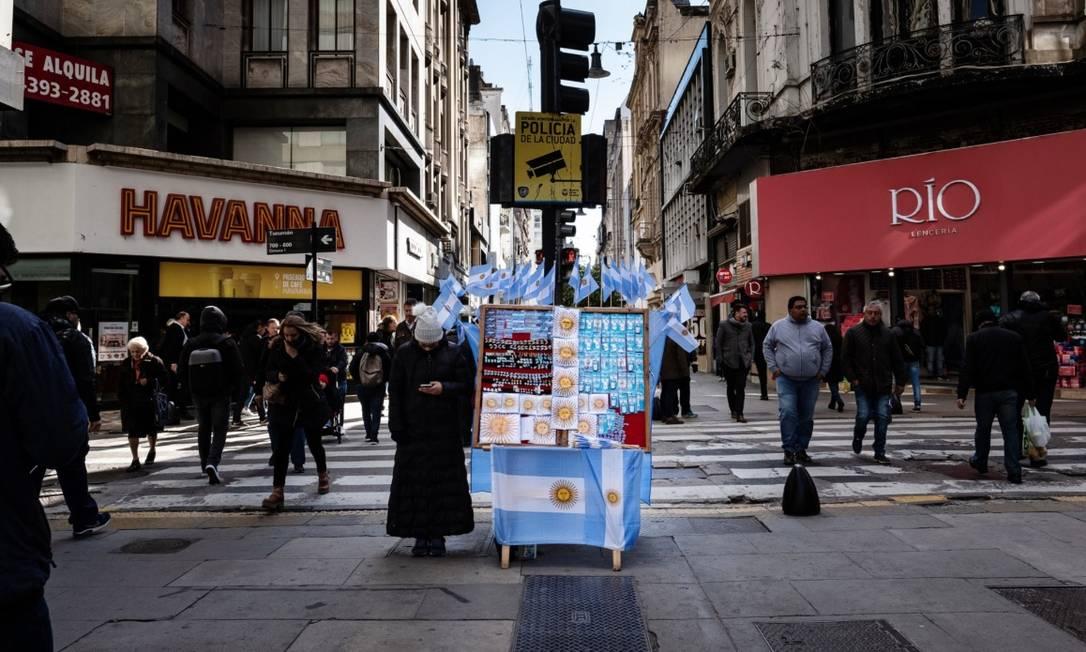Movimento nas ruas de Buenos Aires: congelamento de preços anunciado pelo governo visa a conter a inflação de 50% Foto: Bloomberg