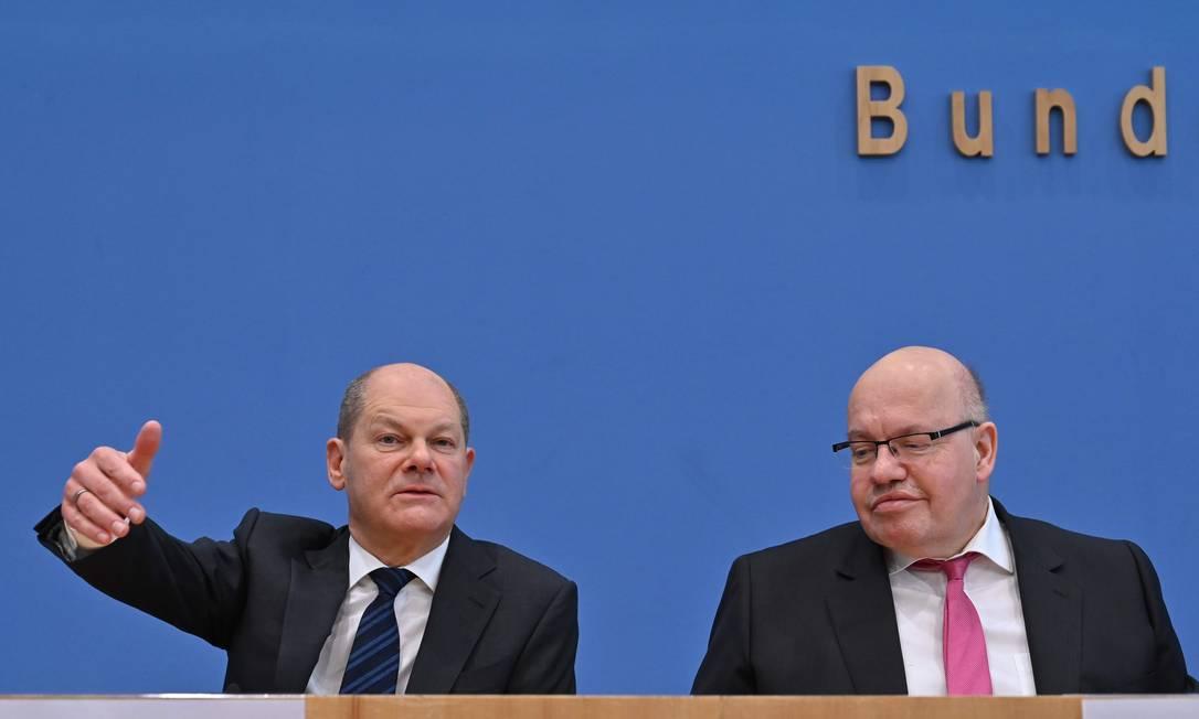 O ministro das Finanças e vice-chanceler alemão, Olaf Scholz (esquerda), e o ministro da Economia, Peter Altmaier,anunciam medidas econômicas para enfentar os impactos econômicos do coronavírus Foto: John MaCDougall / AFP