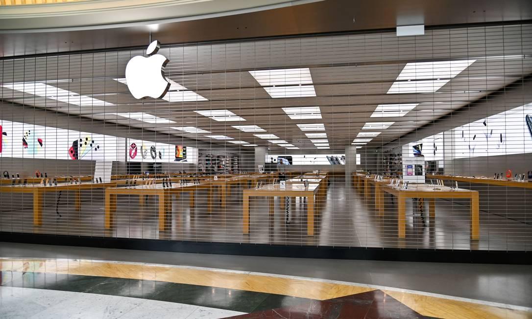 Loja da Apple fechada em Roma, na Itália Foto: ANDREAS SOLARO / AFP