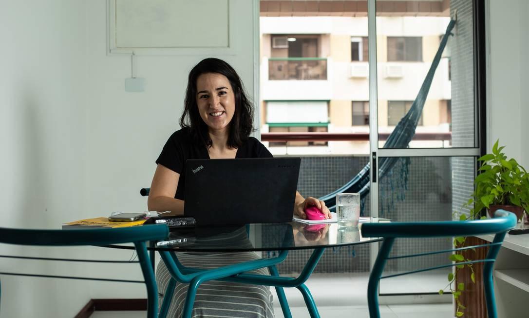Funcionária da Vivo, Graziele Rodrigues, faz home office Foto: Brenno Carvalho / Agência O Globo