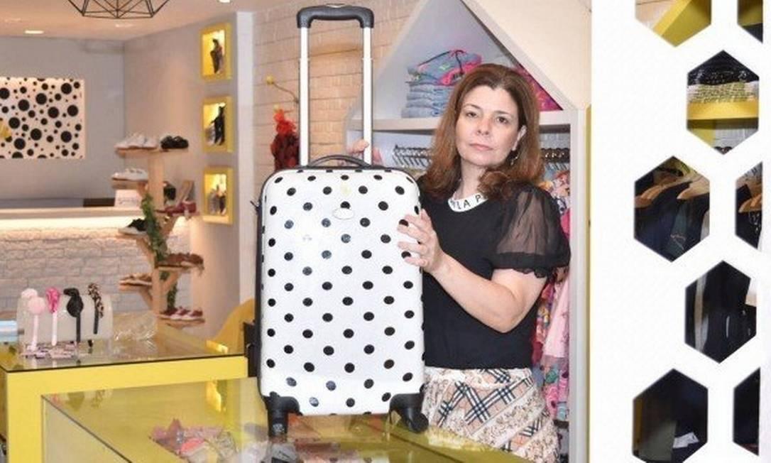 Com a loja física fechada, a empresária Hélida Moraes leva uma malinha de produtos até a casa dos clientes com itens à venda Foto: Arquivo pessoal