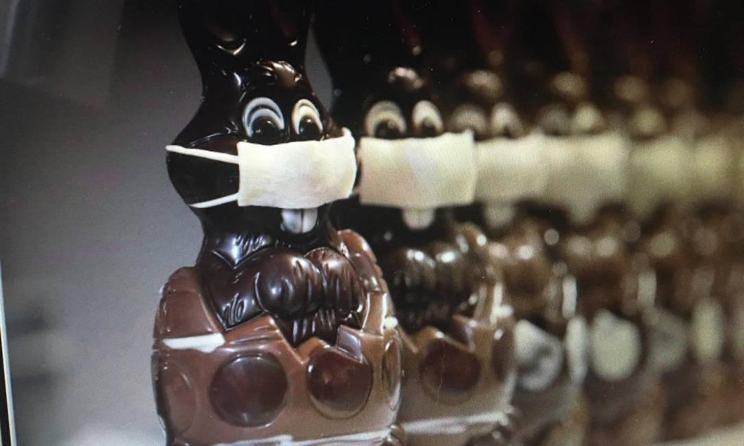 Fabricas belgas fazem coelhinhos e ovos de Páscoa com máscaras Foto: Reprodução