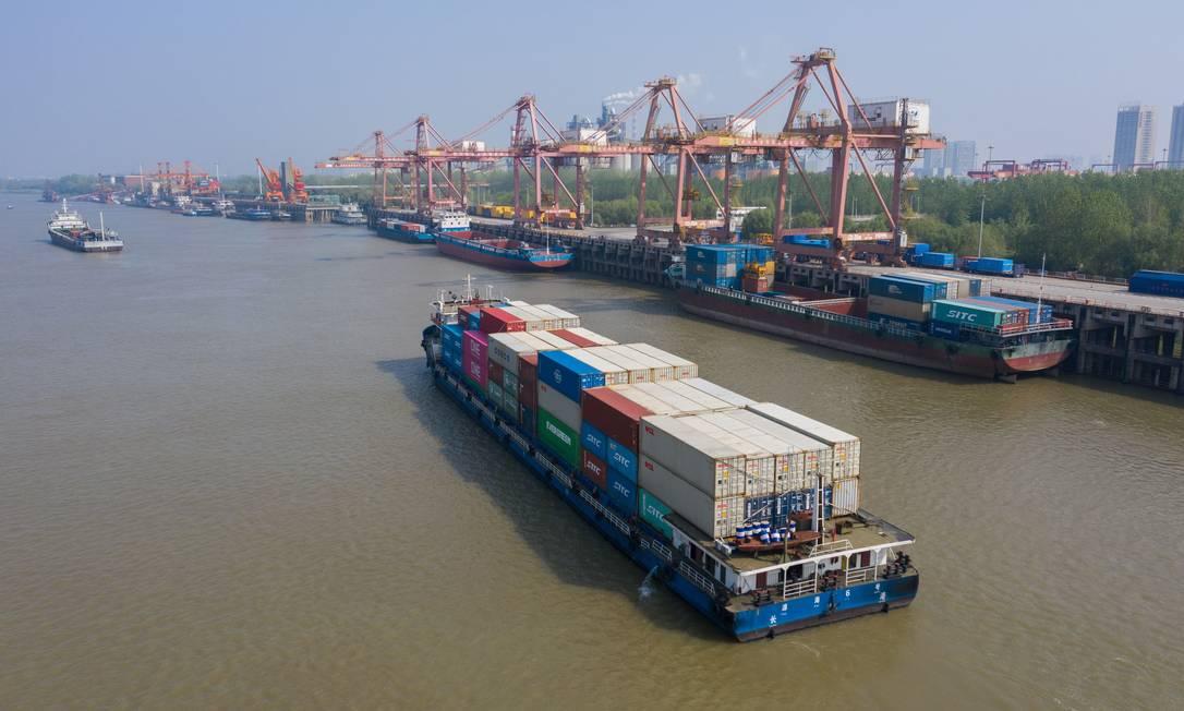 Porto da China: exportações brasileiras tendem a cair com a queda do PIB do país Foto: STR / AFP