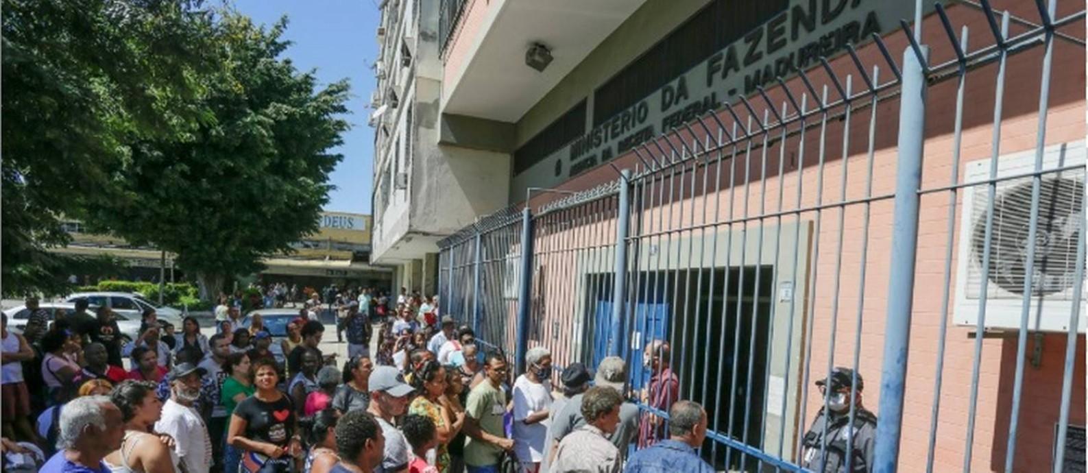 Contribuintes fazem fila em frente ao posto da Receita Federal em Madureira para regularizar o CPF Foto: Gabriel de Paiva/Agência O Globo