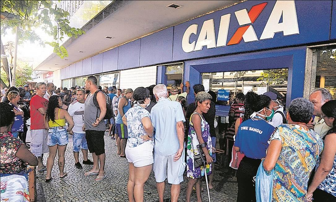Fila em agência da Caixa no Rio: aglomerações contrariam recomendação das autoridades contra a pandemia Foto: Fabiano Rocha - Agência O Globo