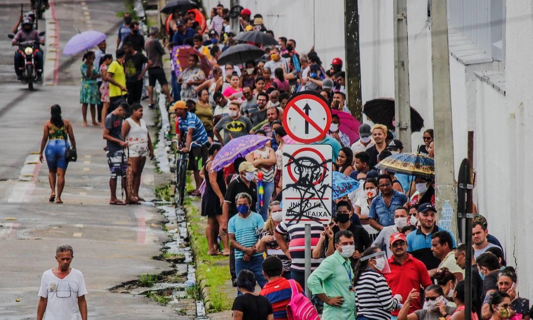 Aglomeração para receber o auxílio emergêncial em agência da Caixa em Fortaleza Foto: Mateus Dantas/Zimel Press / Agência O Globo