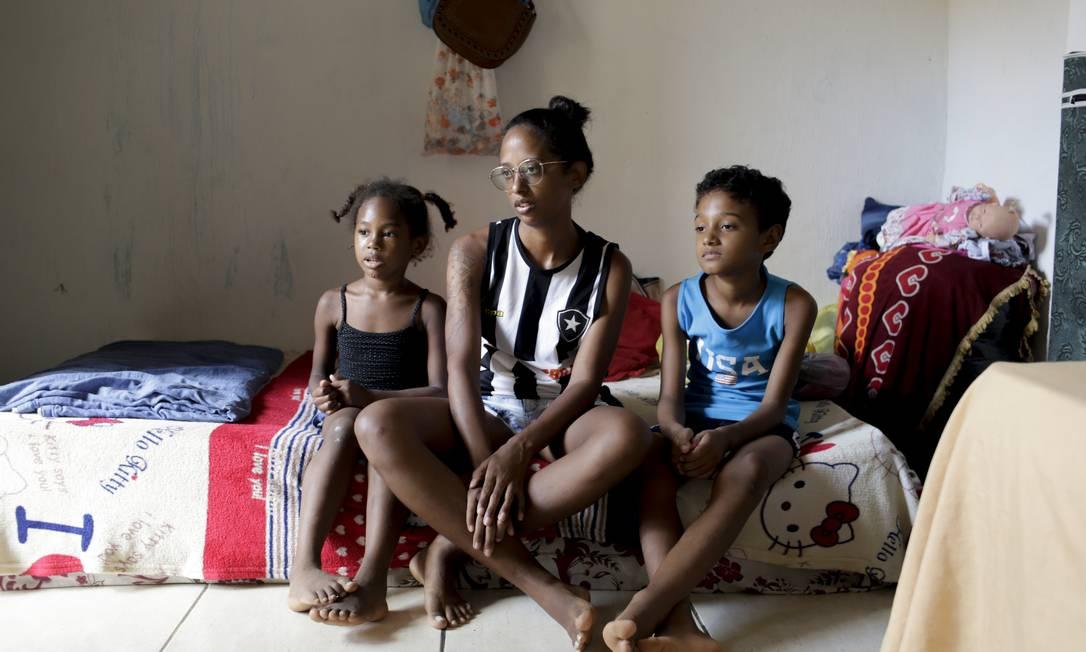 Maria Cecília Santiago de Souza e seus filhos Ruth Vitória e Carlos Alberto, estão sem o que comer em casa Foto: Gabriel de Paiva / Agência O Globo