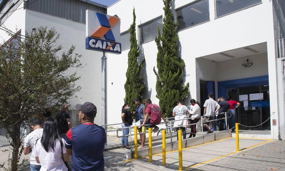 Fila na agência da Caixa Econômica Federal na Av Morumbi na zona sul da cidade de São Paulo por causa do pagamento do auxilio emergencial. Foto: ASI / Agência O Globo