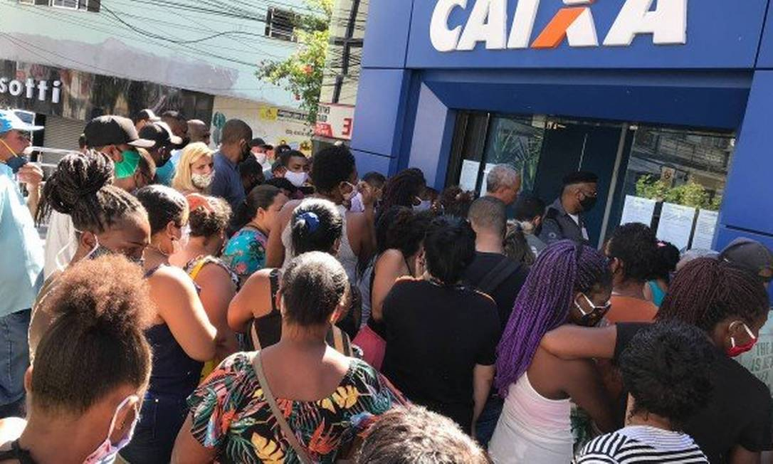Trabalhadores fazem fila na porta da Caixa por Auxílio Emergencial Foto: Roberto Moreyra / Agência Globo