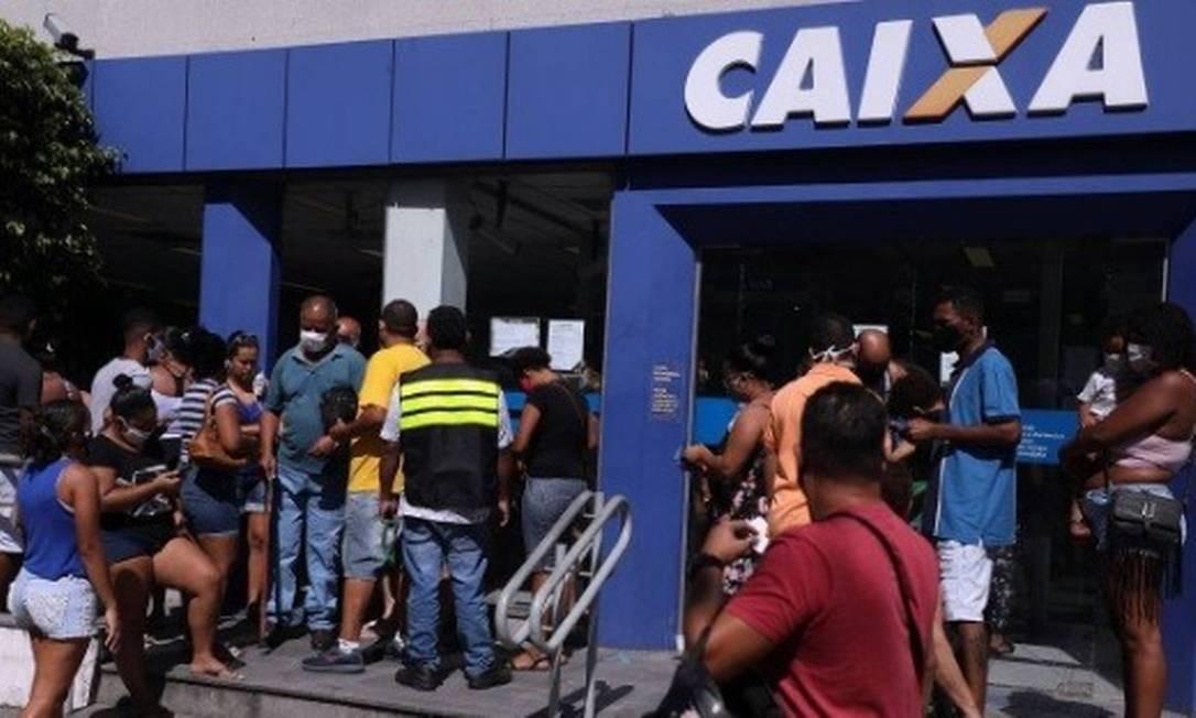 Pessoas em fila na Caixa Econômica da Rua Dias da Cruz, no Méier, na Zona Norte Foto: Fabio Motta /Agência O Globo