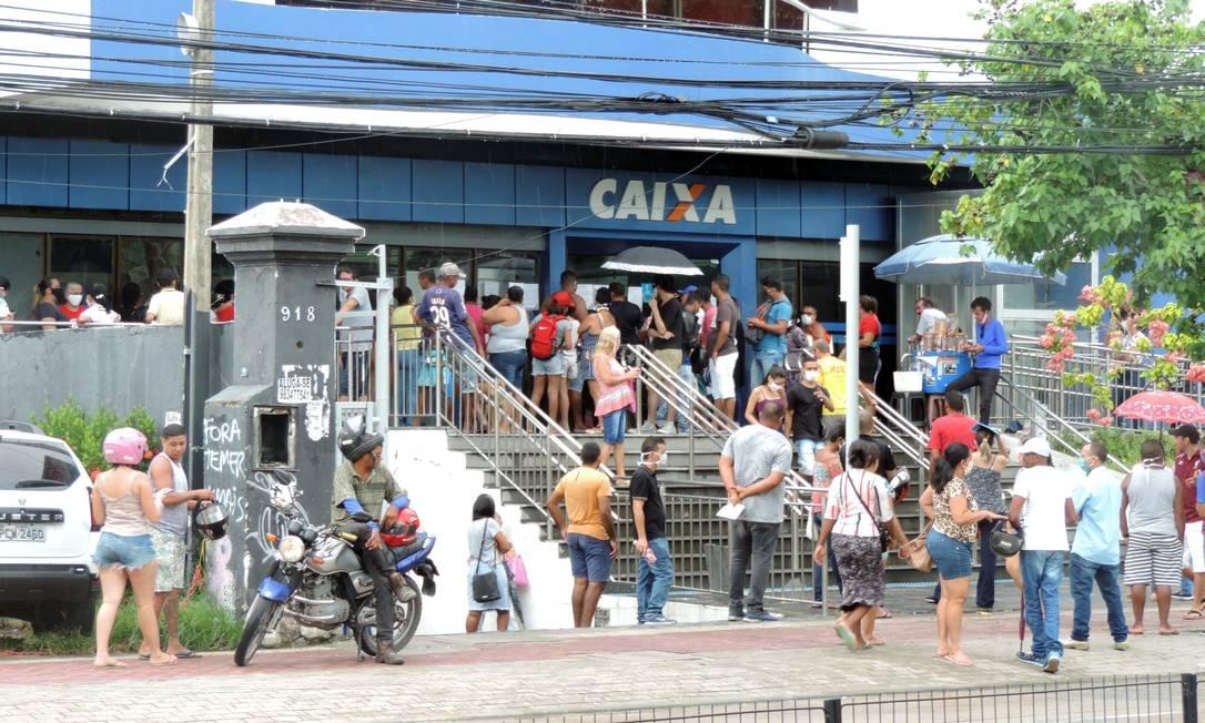 Filas nas agências da Caixa no Recife Foto: Agência O Globo