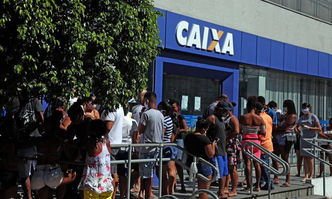 Fila na Caixa Economica da Rua Dias da Cruz no Méier zona norte do Rio Foto: Fabio Motta / Agência O Globo