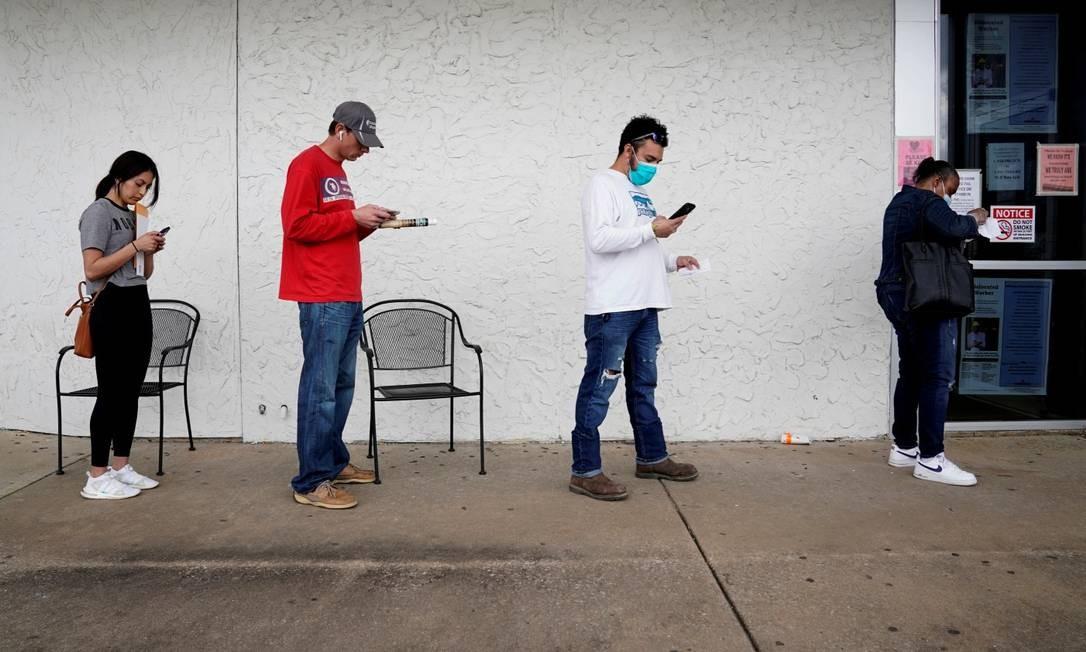 Pessoas que perderam os seus empregos em uma fila para um centro de trabalho em Fayetteville, no Arkansas Foto: Nick Oxford / REUTERS