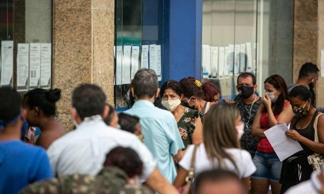 Filas nas agências da Caixa no Rio Foto: Agência O Globo