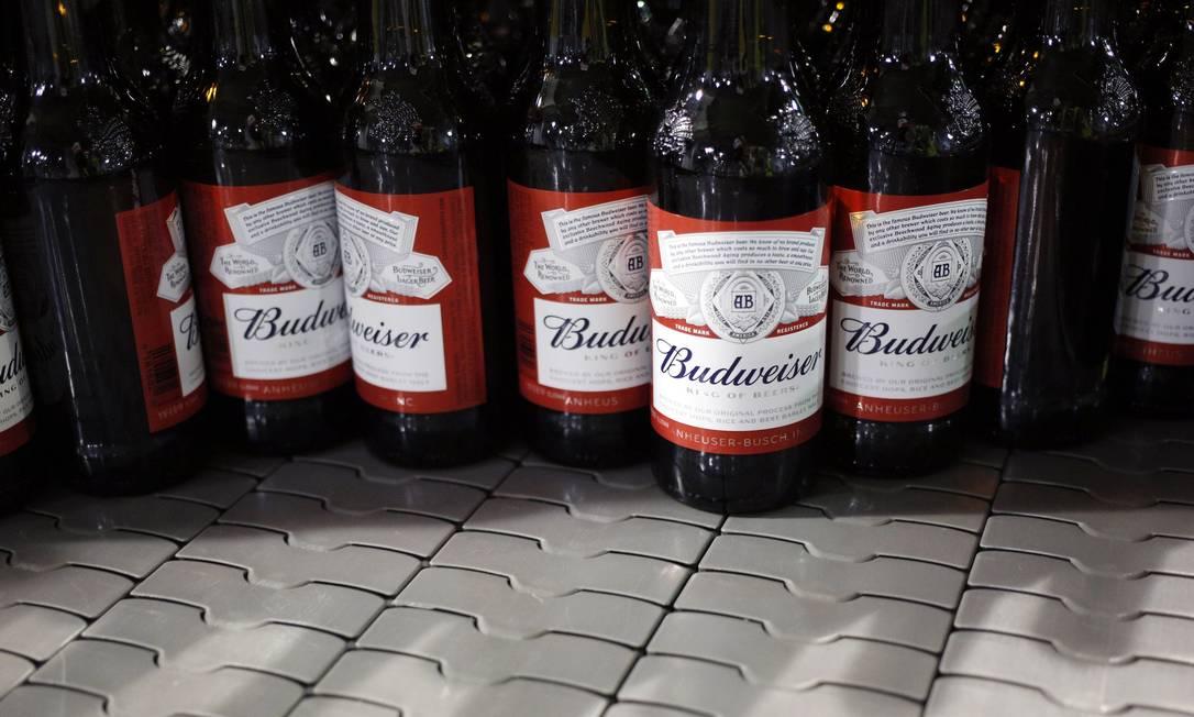 A Anheuser-Busch, dona de marcas como Budweiser e Stella Artois, vai oferecer bebidas a americanos que tomarem a vacina contra a Covid-19 Foto: Luke Sharrett / Bloomberg