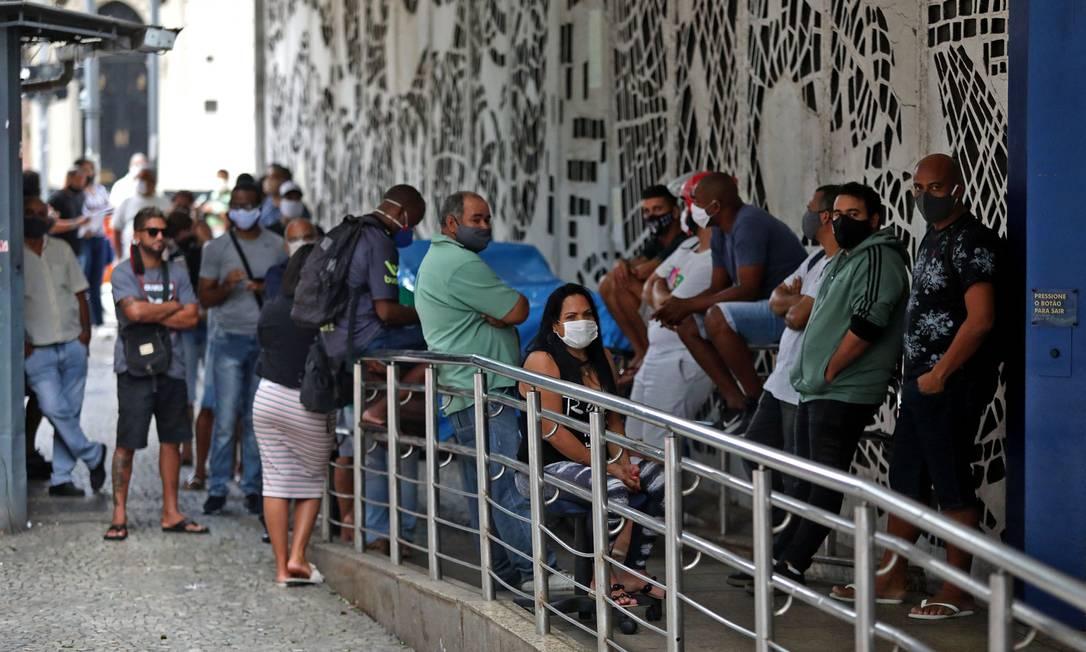 Fila na Caixa Econômica no centro do Rio Foto: Fabio Motta / Agência O Globo