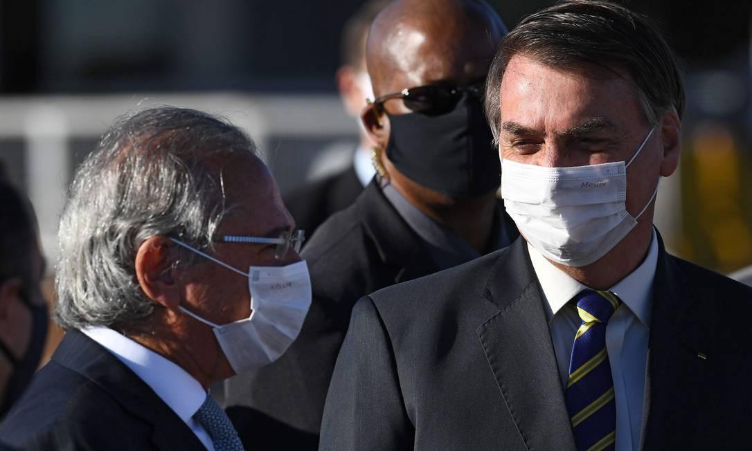 Bolsonaro e o ministro da Economia, Paulo Guedes: reunião convocada quando ministro estava de férias Foto: Evaristo Sá / AFP