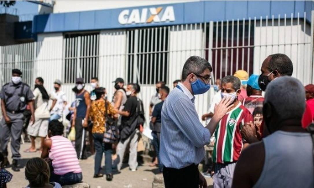 Fila na porta da agência da Caixa em Rocha Miranda: trabalhadores em busca do auxílio de R$ 600 Foto: Hermes de Paula /Agência O Globo