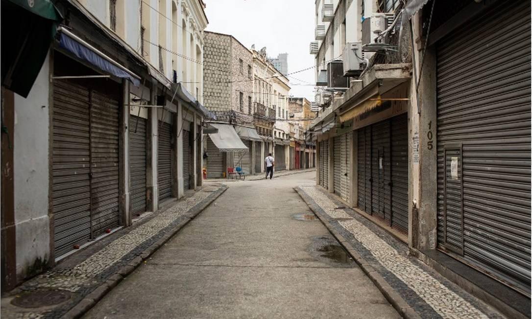 Lojas fechadas e pouca movimentacao de pessoas no Saara, no Centro do Rio Foto: Hermes de Paula/Agência O Globo