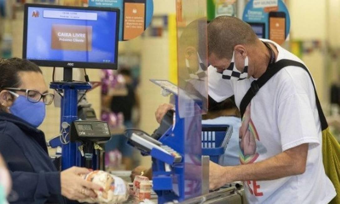 Os supermercados Mundial vão aceitar o pagamento pelo cartão de débito virtual da Caixa a partir de sexta-feira Foto: Ana Branco/Agência O Globo