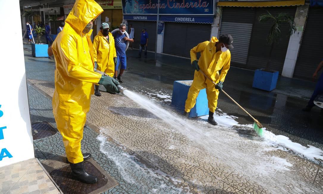 Funcionários da Prefeitura higienizam ruas da Baixada. Fluminense Foto: Pedro Teixeira / Agência O Globo
