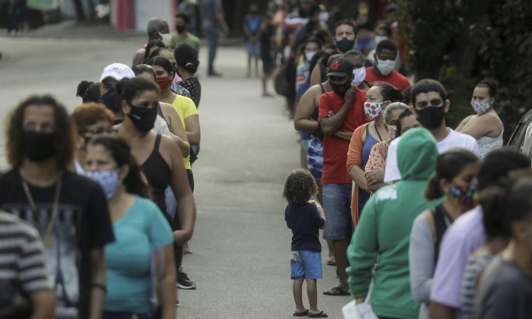 Na pandemia, população em busca de auxílio se junta em filas na Caixa Econômica Foto: Gabriel de Paiva / Agência O Globo