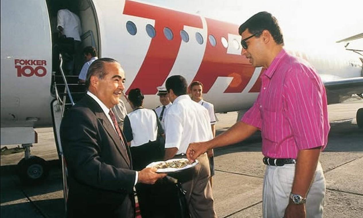 O comandante Rolim Amaro funda a TAM (Transportes Aéreos Regionais), em 1976. A presença do comandante na porta das aeronaves para recepcionar os passageiros e o inconfundível tapete vermelho no acesso à escada de embarque tornaram-se uma marca da companhia a partir de 1989 Foto: Divulgação