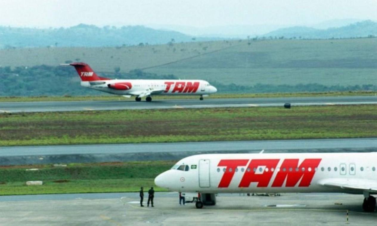 Na década de 90, a TAM adquiriu as aeronaves Fokker-100, que viraram um símbolo da empresa. Um acidente, em outubro de 1996, com esse modelo em Congonhas, que caiu logo após a decolagem e matou 99 pessoas, marcou a trajetória da empresa Foto: Arquivo