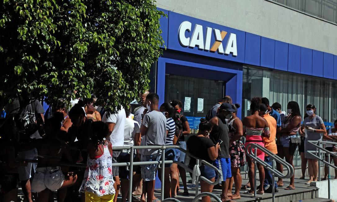 Fila na Caixa Econômica por conta do saque em dinheiro do auxílio de R$ 600 Foto: Fábio Motta : Fabio Motta / Agência O Globo