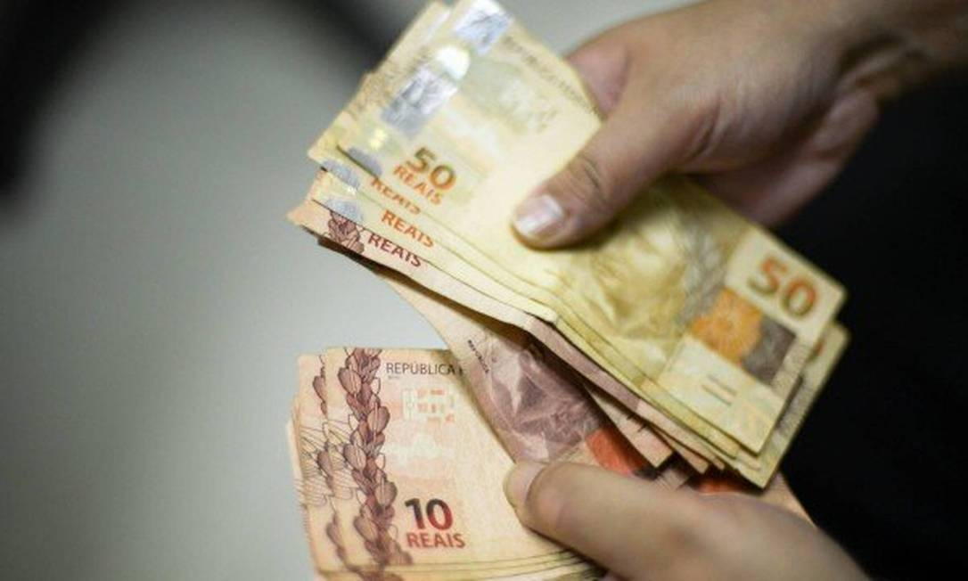 Pessoas estão deixando de lado o pagamento em dinheiro e cheque para usar meios digitais Foto: Arquivo