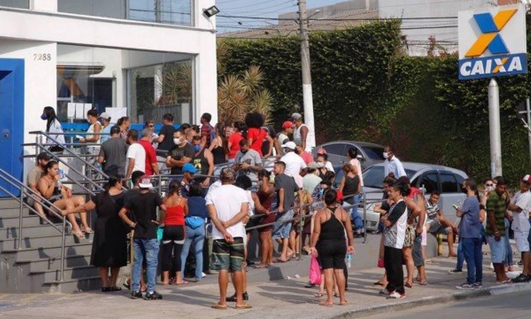 Fila em agência da Caixa para retirada do benefício Foto: Edilson Dantas / Agêncio O Globo