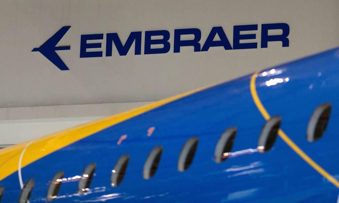 Logotipo da Embraer em avião na sede da empresa, em São José dos Campos Foto: Roosevelt Cassio / Reuters