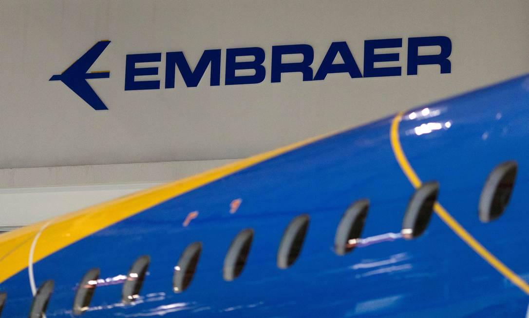 Logotipo da Embraer em avião na sede da empresa, em São José dos Campos: empresa vai demitir cerca de 900 colaboradores Foto: Roosevelt Cassio / Reuters