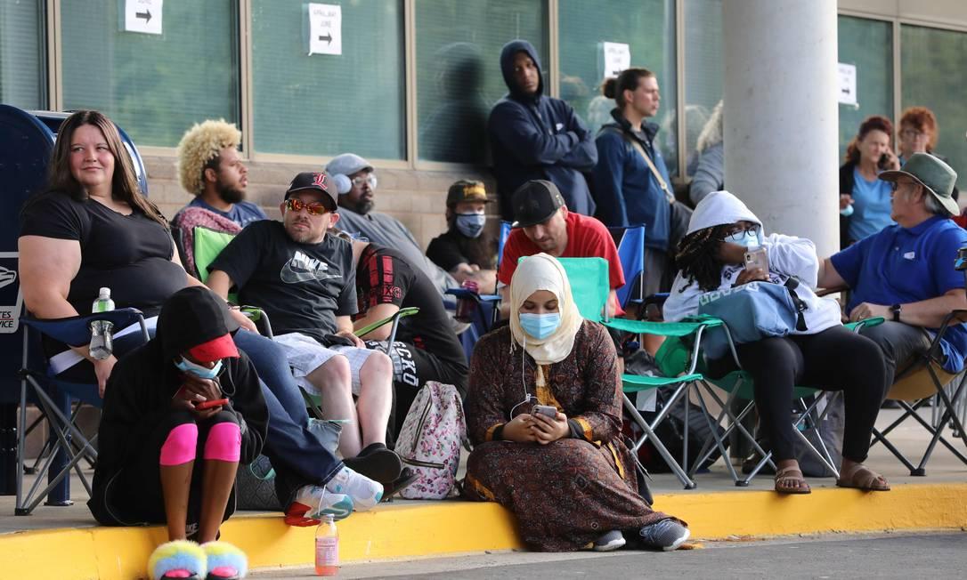 Nesta foto de 19 de junho, desempregados esperam na fila para solicitar seguro-desemprego, no the Kentucky Career Center,em Frankfort, Kentucky Foto: John Sommers II / AFP