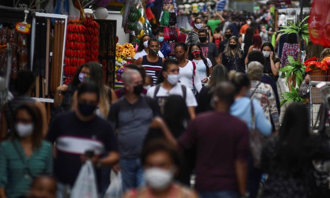 Pedestres em rua de comércio popular no Rio de Janeiro após flexibilização do isolamento social e abertura das lojas Foto: Lucas Landau/Reuters/29-6-2020