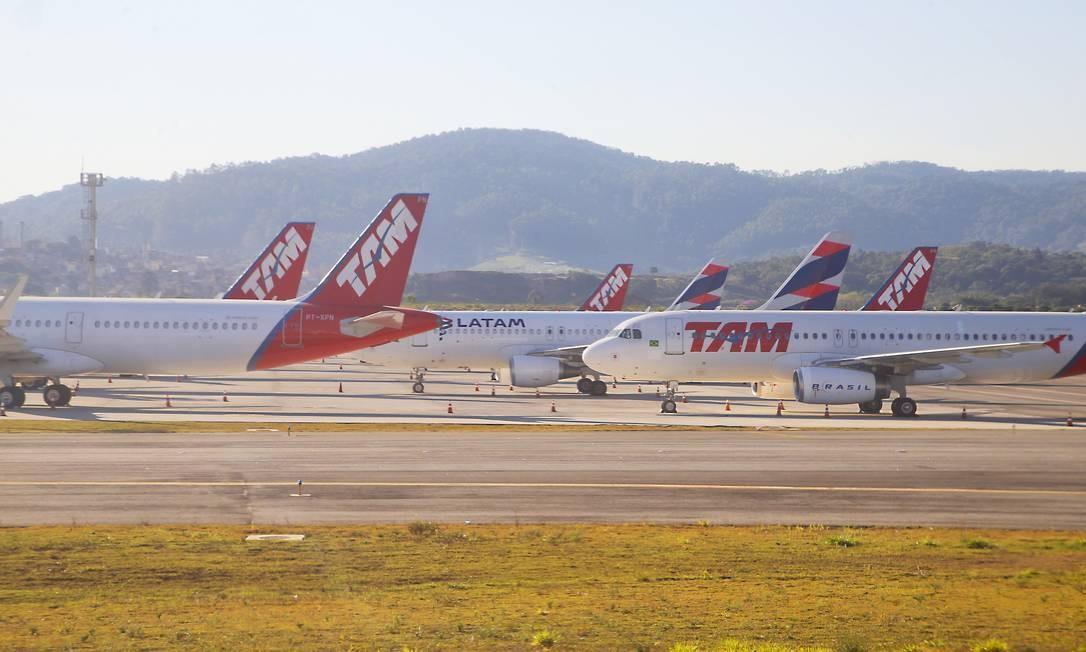 Aviões da Latam no estacionamento de aeronaves do aeroporto de Guarulhos Foto: Edilson Dantas / Agência O Globo