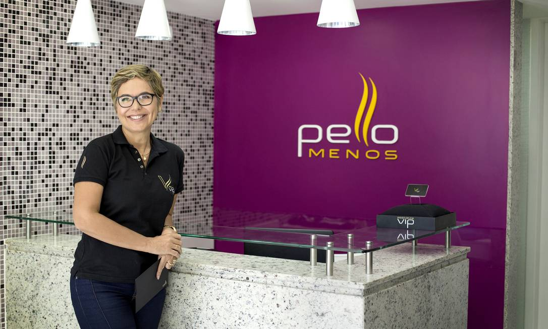 Regina Jordão, da Pello Menos: limpeza de cabine agora na frente da cliente Foto: Fábio Rossi / Agência O Globo