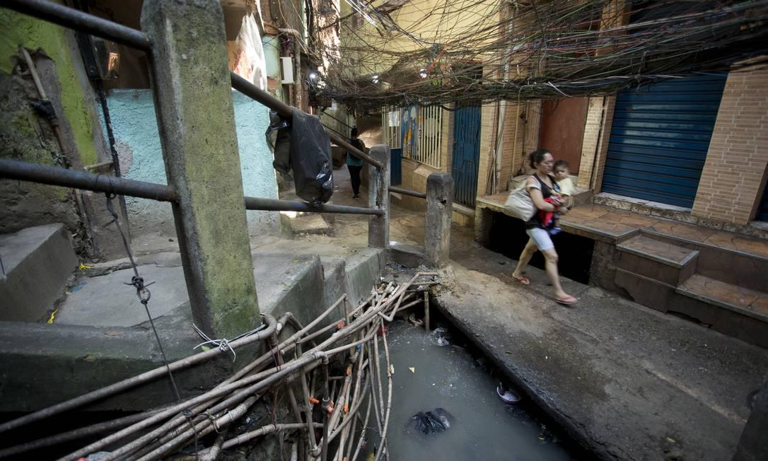 Esgoto a céu aberto na Rocinha, no Rio: nova legislação busca atrair investimentos privados ao setor Foto: Márcia Foletto / Agência O Globo