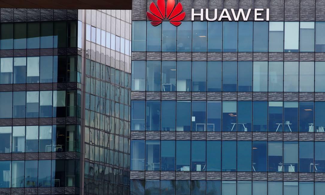 Logomarca da Huawei em fachada de prédio na França Foto: GONZALO FUENTES / REUTERS