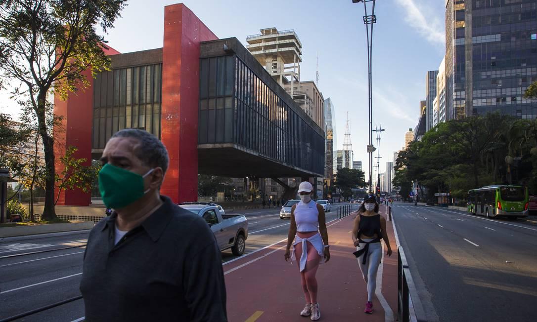 Pedestres usam máscaras em São Pauo: Brasil chegou a 90 mil mortes pelo novo coronavírus. (23-7-2020). Foto: Edilson Dantas / Agência O Globo