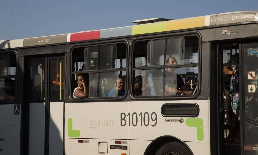 Obrigatoriedade de licitar linhas de ônibus atingiria 90% das operações intermunicipais do Rio Foto: Guito Moreto / Agência O Globo