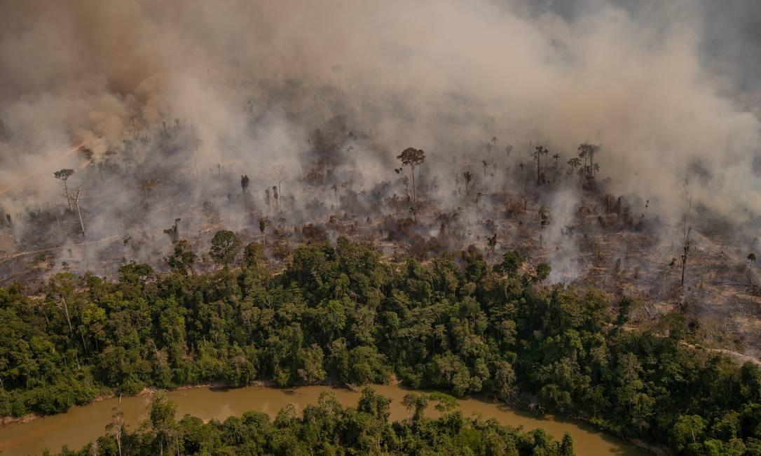 Foco de incêndio próximo à Reserva Extrativista Jaci-Paraná, em Porto Velho, Rondônia. Foto: Christian Braga / Agência O Globo