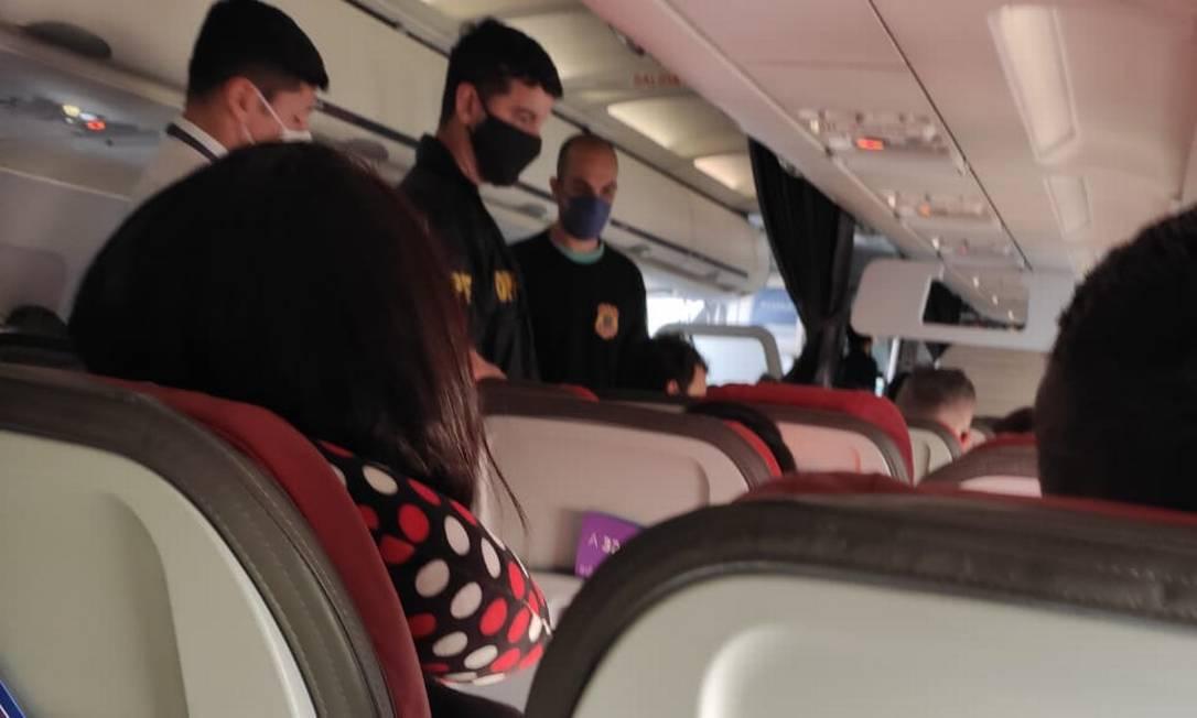 Homofobia em voo da Latam: homem é retirado pela PF de aeronave após realizar ofensas contra comissários de bordo Foto: Reprodução redes sociais