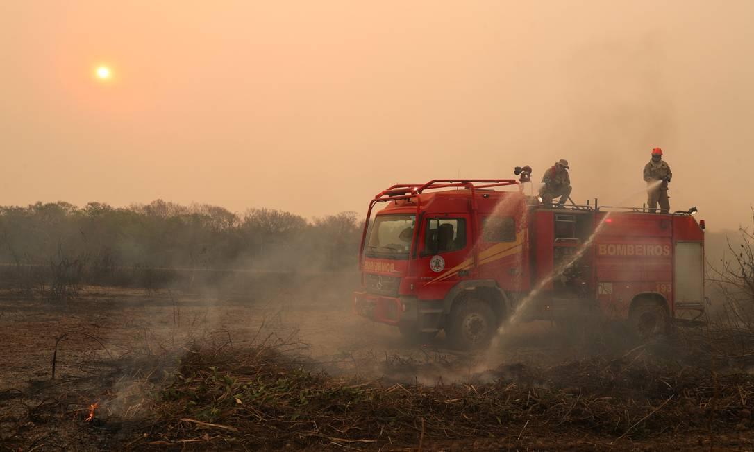Bombeiros combatem incêndio em fazenda no Pantanal: países têm pressionado Brasil por queimadas Foto: Amanda Perobelli / Reuters