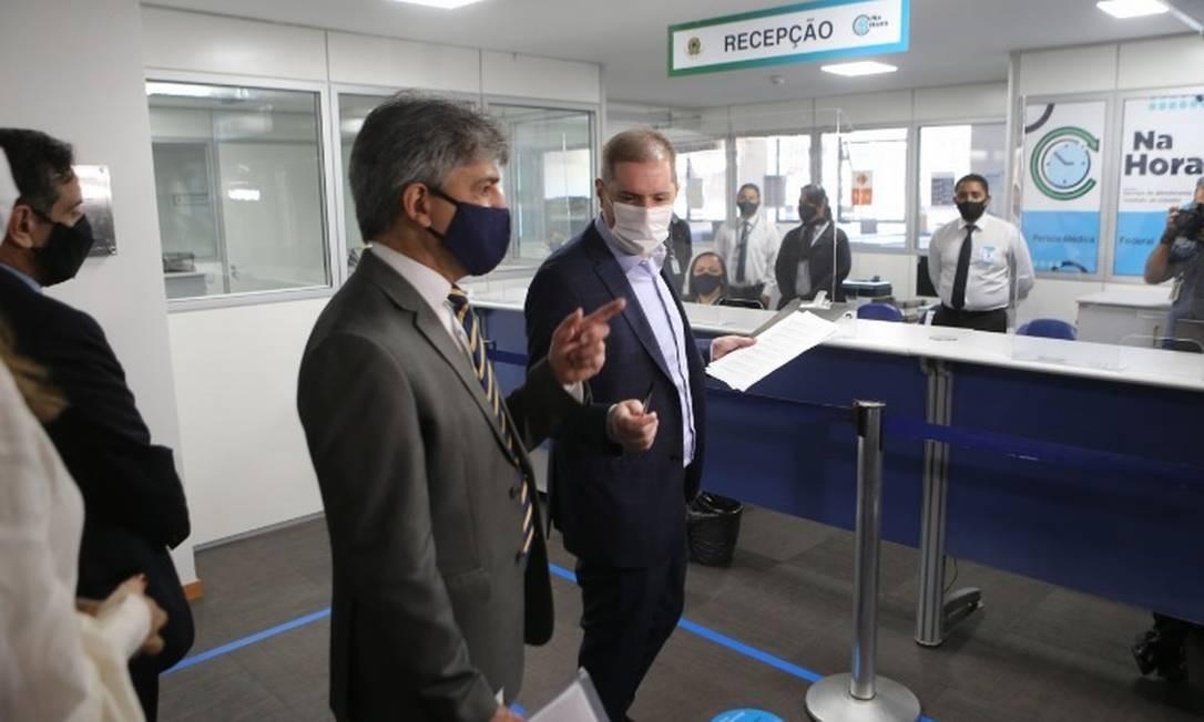 O secretário especial de Previdência e Trabalho do Ministério da Economia, Bruno Bianco (de máscara branca) participa de inspeção em agência do INSS em Brasília Foto: Jorge William/Agência O Globo