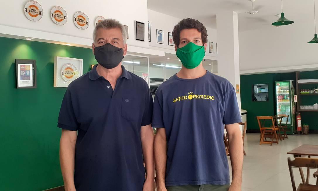 Luís Carlos Bezerra e Vagner Bezerra Duarte, do bar Santo Remédio, no Rio Foto: Arquivo de família