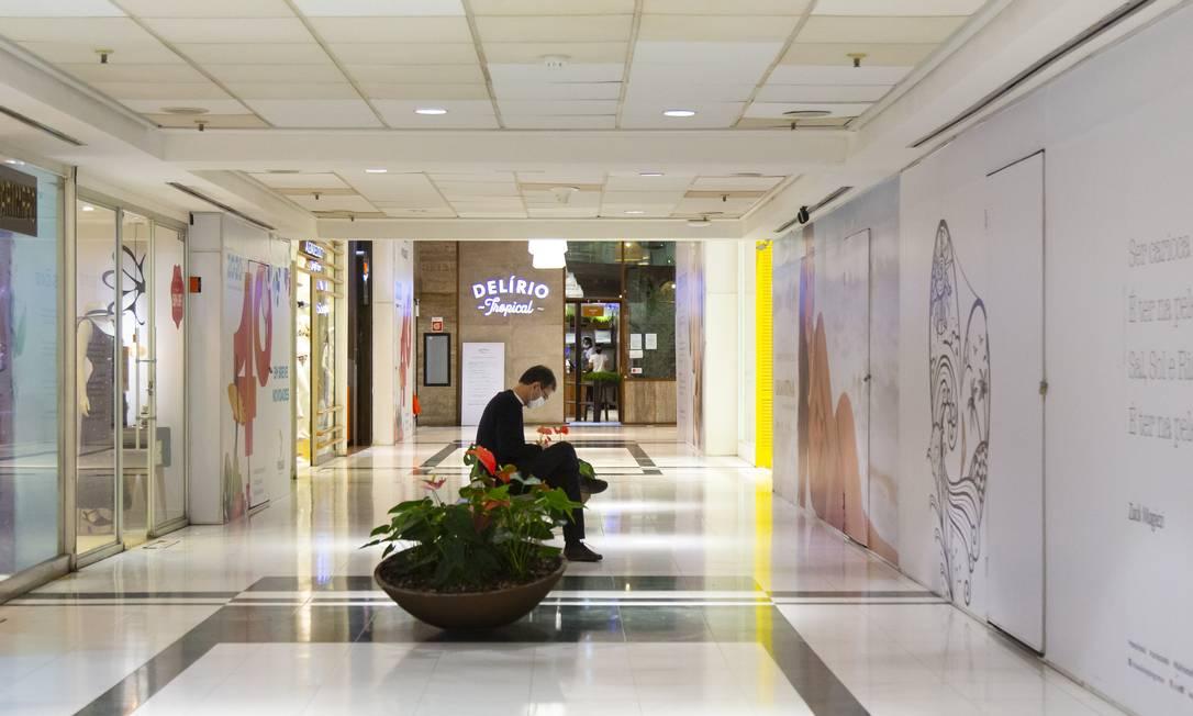 De abril a agosto, os shoppings registraram queda de 10,4% do total de lojas, o que significa o fechamento de 11 mil estabelecimentos Foto: Leo Martins / Agência O Globo