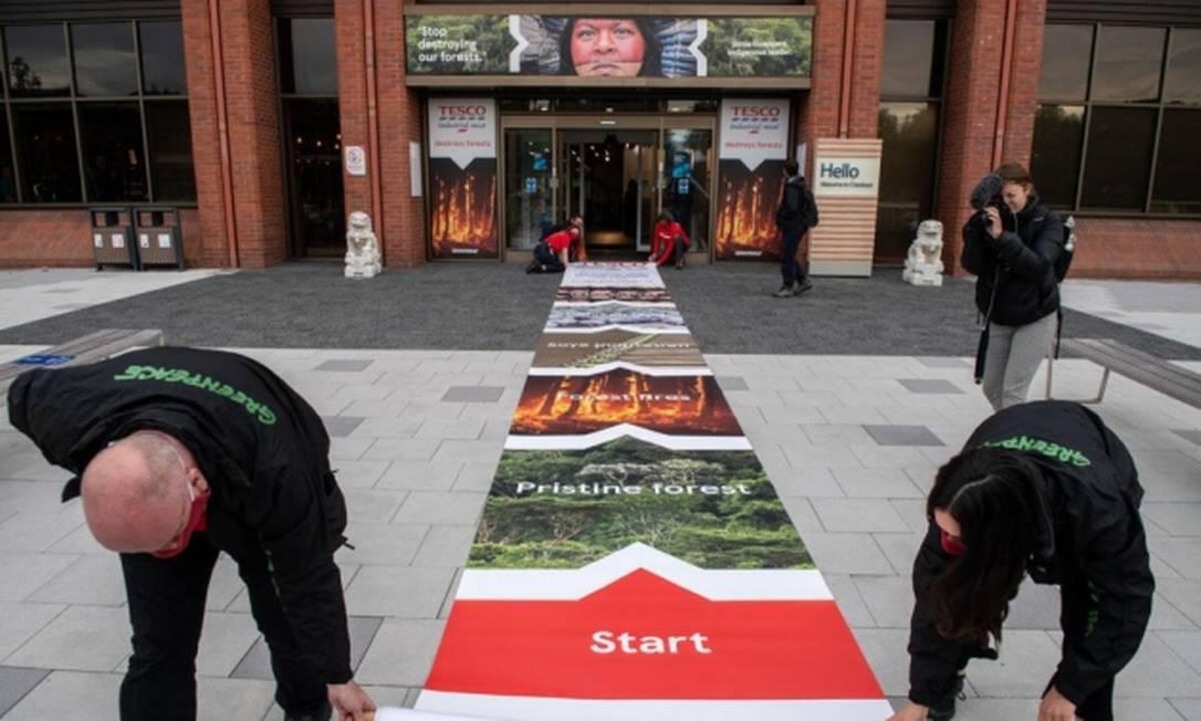 Protesto do Greenpeace na porta de supermercado da rede Tesco contra produtos ligados ao desmatamento Foto: Greenpeace