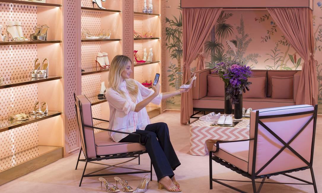 Flavia Farhat é uma das 'personal shoppers' so shopping Cidade Jardim. Ela ajuda clientes a fazer os pedidos Foto: Edilson Dantas / Agência O Globo