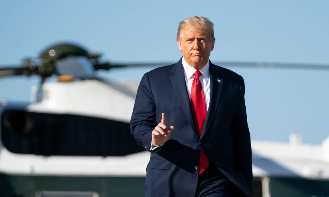 Trump assina pacote de US$ 900 bilhões para combate à crise causada pela Covid Foto: AFP